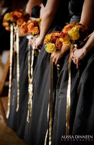 Madrinhas ou damas com vestidos e boquet na cores de halloween