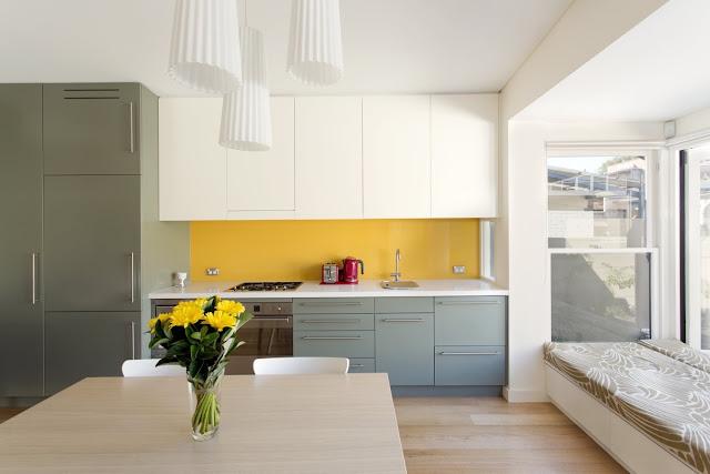 приятный и светлый дизайн кухни