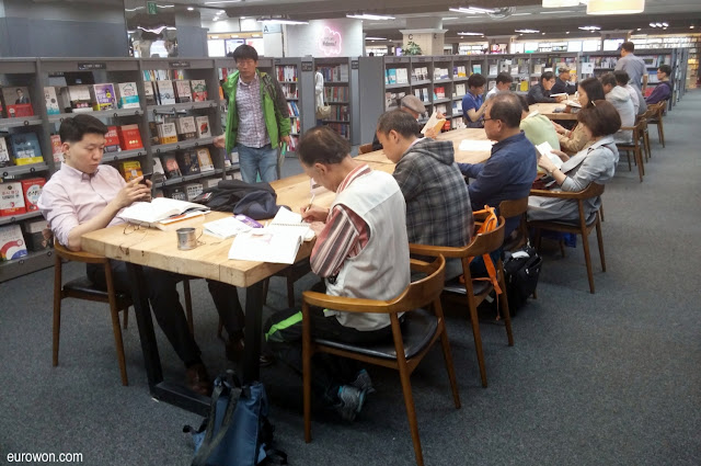 Coreanos viendo libros en librería surcoreana