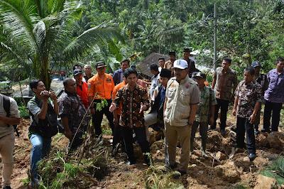 Syaifullah Yusuf Wakil Gubernur Jatim Tinjau Langsung Korban Bencana Alam di Trenggalek
