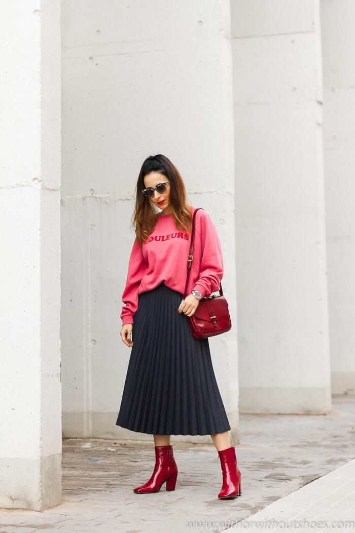 Influencer blogger valencia con look urban chic comodo estiloso idea como combinar sudadera rosa y falda plisada botines rojos