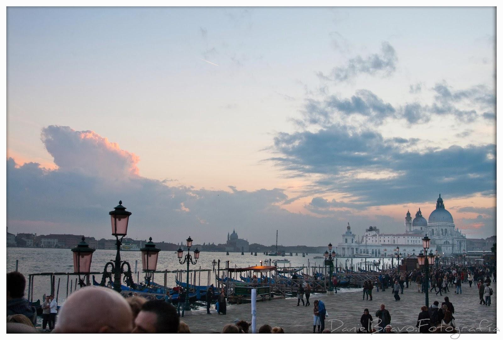 Vista del Gran Canal de Venecia al atardecer con gente paseando.