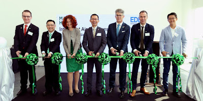 Source: MANN+HUMMEL. The ribbon-cutting ceremony. From left: Charles Vaillant, Group VP Technology, MANN+HUMMEL, Ken Cao, Group VP and CEO, Asia Pacific, MANN+HUMMEL, Emese Weissenbacher, Chief Financial Officer, MANN+HUMMEL, Beh Kian Teck – Assistant MD, Singapore Economic Development Board, Thomas Fischer – Chairman of the Supervisory Board, MANN+HUMMEL, Hakan Eckberg – Group VP, Life Sciences and Environment, MANN+HUMMEL, and Jason Tang – VP, Intelligent Air Solutions, MANN+HUMMEL.