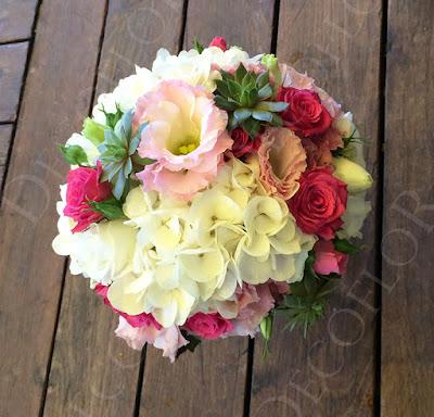 Dobó csokor pink rózsából fehér hortenziából esküvőre