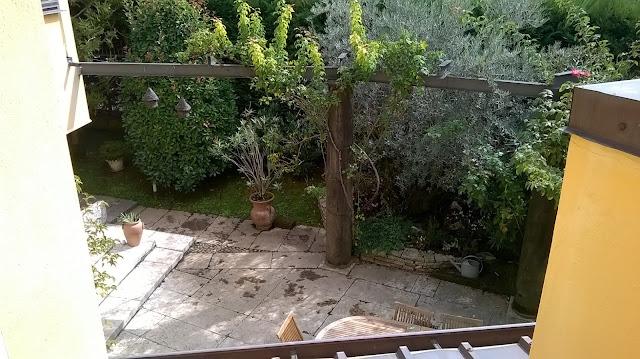 Il patio lastricato della villa in vendita a Mozzo Via Mozzi