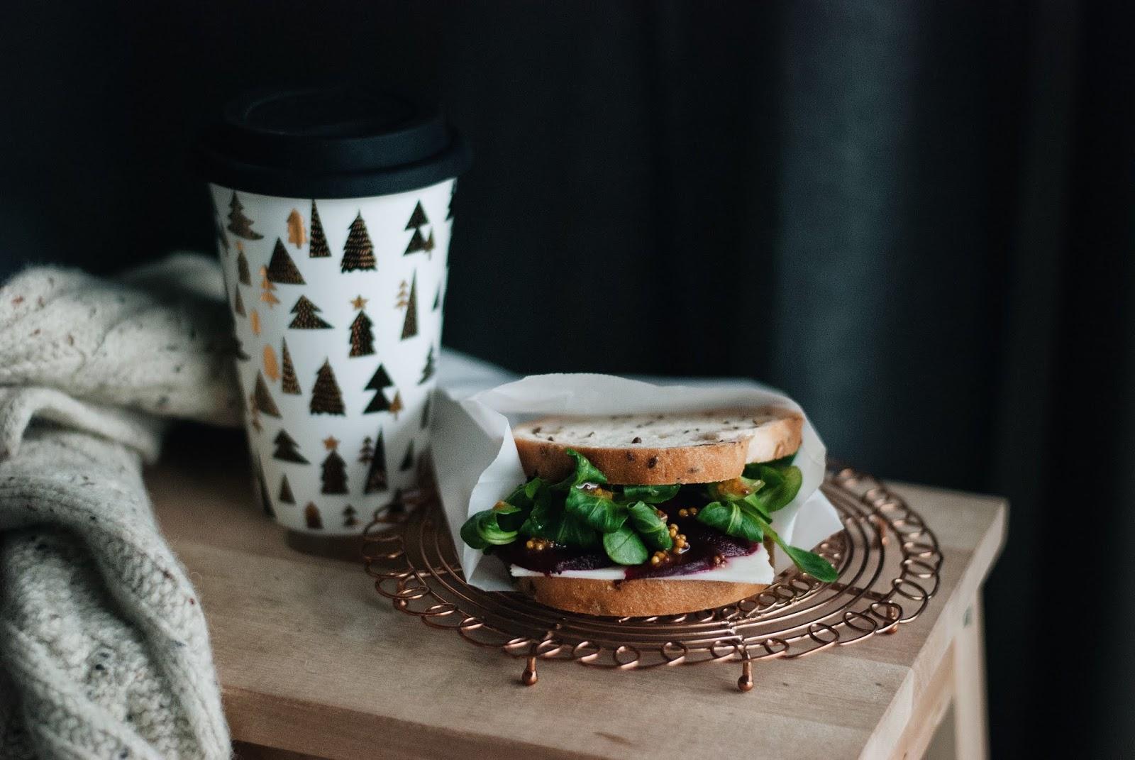Bezglutenowa kanapka z burakiem i serem kozim