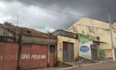 Bodes andam em cima de telhados em Serra Redonda, PB