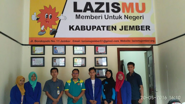Mahasiswa IAIN Jember bersama Team Lazismu Jember