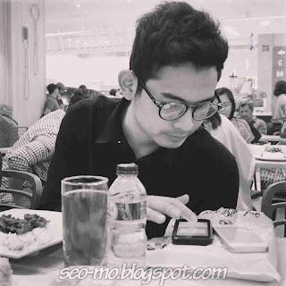 Foto Ganteng Miqdad Addausy Memakai Kacamata