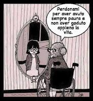 Anziana chiede scusa alla bambina che vede nello specchio