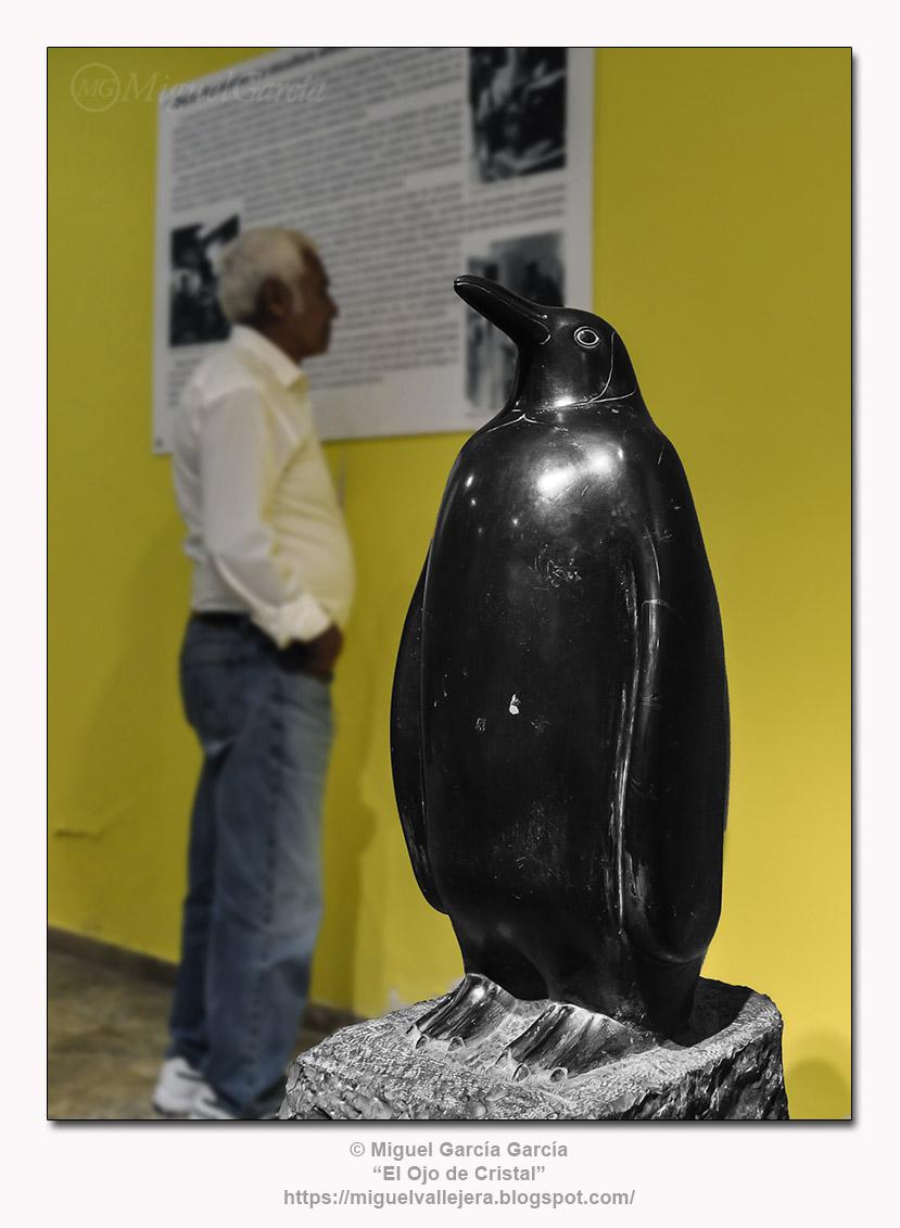 Pingüino.- Escultura en talla directa de Mateo Hernández.