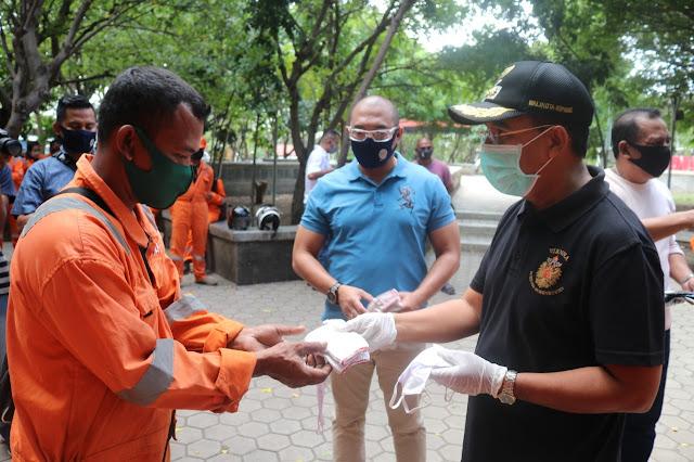 Jefirstson Riwu Kore Serahkan APD ke Tenaga Lapangan DLHK Kota Kupang