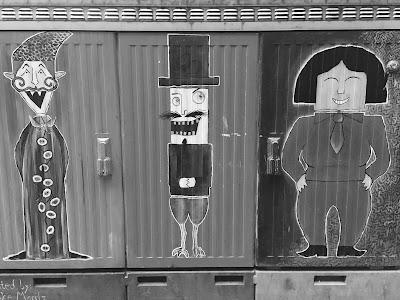 Gemalte Figuren auf einem Berliner Stromkasten