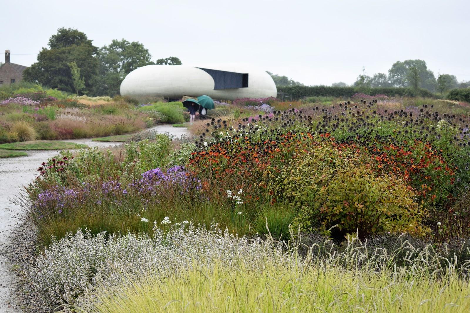 Jardín naturalista de Piet Oudolf con herbáceas vivaces y gramíneas ornamentales a finales del verano