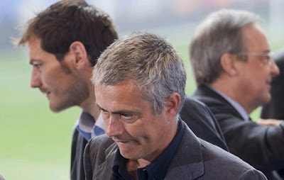Mourinho and Casillas attending a meeting