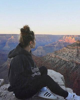 poses sentada mirando paisaje