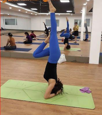 Động tác yêu thích nhất của cô là bài tập yoga trồng cây chuối