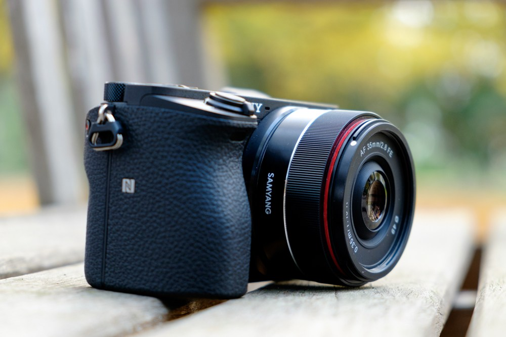 Объектив Samyang AF 35mm f/2.8 FE на камере Sony A6500