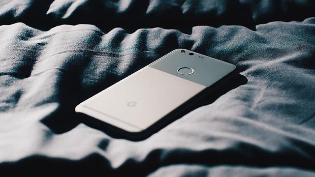 Por qué es peligroso dormir con el celular al lado