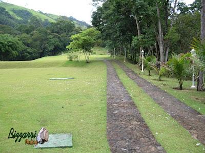 Execução de caminho de pedra com pedra moledo com a execução do gramado com grama esmeralda em sítio em Nazaré Paulista-SP.