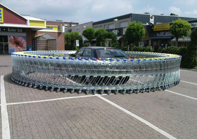 Isengin Mobilnya Dengan Melingkarkan Trol Belanjaan