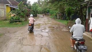 Jalan Poros Desa Sumurgede dan Desa Ciparage Jaya, Segera Diperbaiki