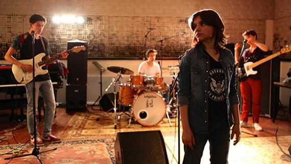 Aurore et son groupe de rock dans Jamais Contente