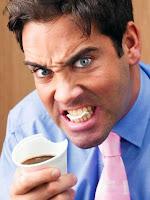 Öfkeli ve sinirli bir adamın bardağı ısırarak yemesi