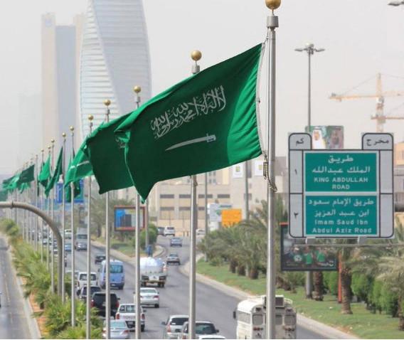 غضب واسع في السعودية من  شخص يرمي الزبالة على المسجد