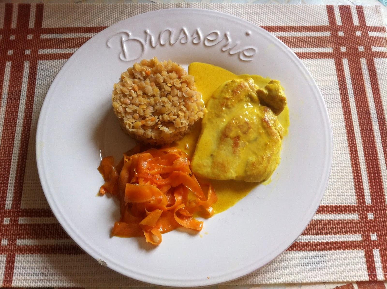 Poulet sauce curcuma accompagné de lentilles corail et tagliatelles de carottes