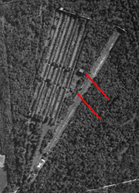 Champ de tir de Wolfgantzen en 1950 — Casemate d'instruction et butte de tir sont parfaitement visibles (source Geoportail IGNF)