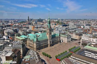 Blick von oben auf das Hamburger Rathaus und den Rathausplatz