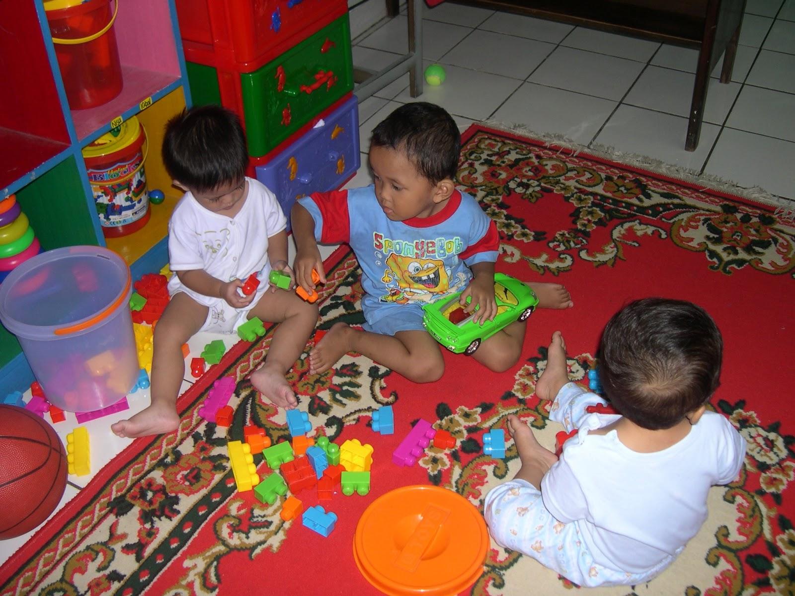 Kebutuhan bermain sangatlah mutlak bagi perkembangan anak Lingkungan dan orang dewasa dalam hal ini orangtua maupun guru perlu memfasilitasi kebutuhan