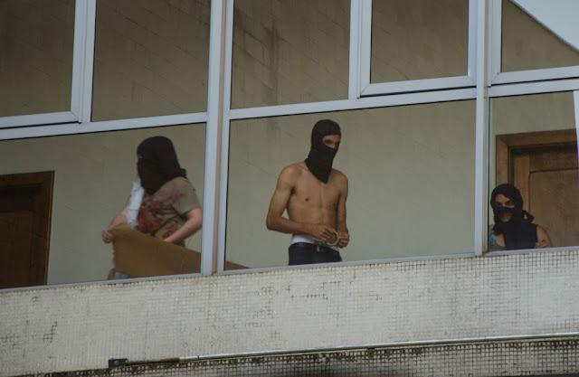 Grupo de marginais mascarados invadem prédio histórico da UFPR e alunos denunciam violência