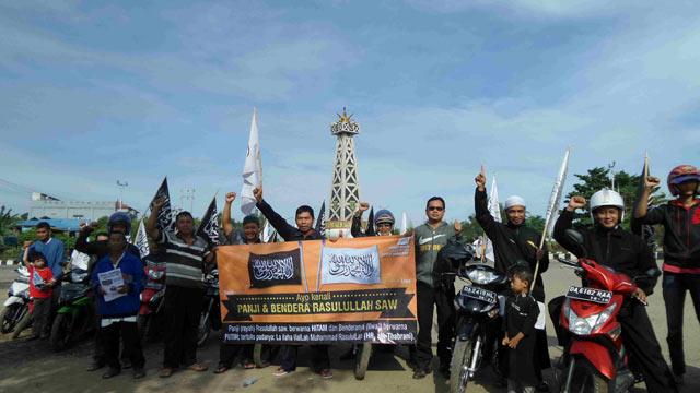 Selama ini cukup banyak yang belum mengetahui rupa bendera Nabi Muhammad SAW. Untuk mengenalnya kepada masyarakat, Hizbut Tahrir Indonesia (HTI) menyosialisasikannya keliling Kabupaten Tabalong. Kegiatan dilakukan dengan konvoi dan bagi selebaran.
