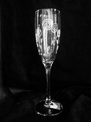 bicchiere da spumante di cristallo inciso con fiori stilizzati