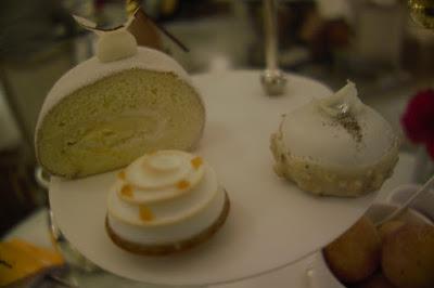 Suite chariot de desserts tea time le goûter d'Angelo Musa hôtel Plaza Athénée Paris.