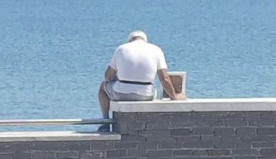 Kakek dan foto istrinya di pantai