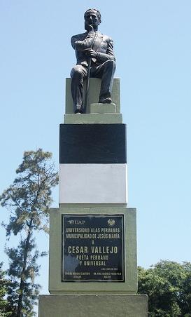 Foto al monumento de César Vallejo sentado