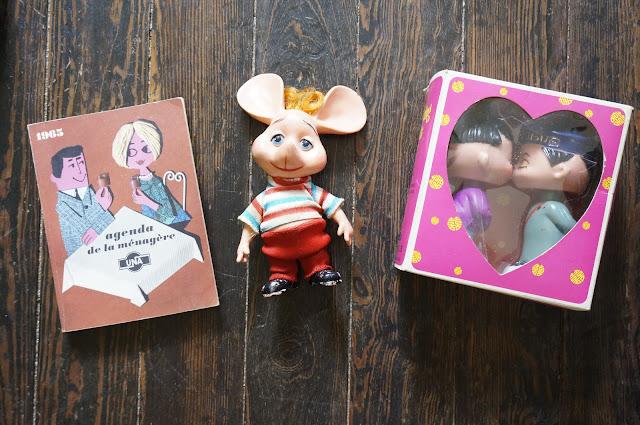 L'agenda de la ménagère de 1965 , jamais servi , un pouet souris Totoqlqchose ,   des poupées asiatiques qui s'embrassent   60s kissing dolls bobble head