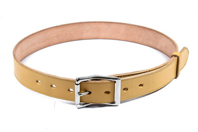 Cintura da uomo realizzata su misura in cuoio chiaro per selleria e fibbia in acciaio inox ipoallergenico