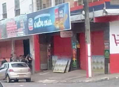 Bandidos invadem supermercado e fazem funcionários reféns em Ferreiros