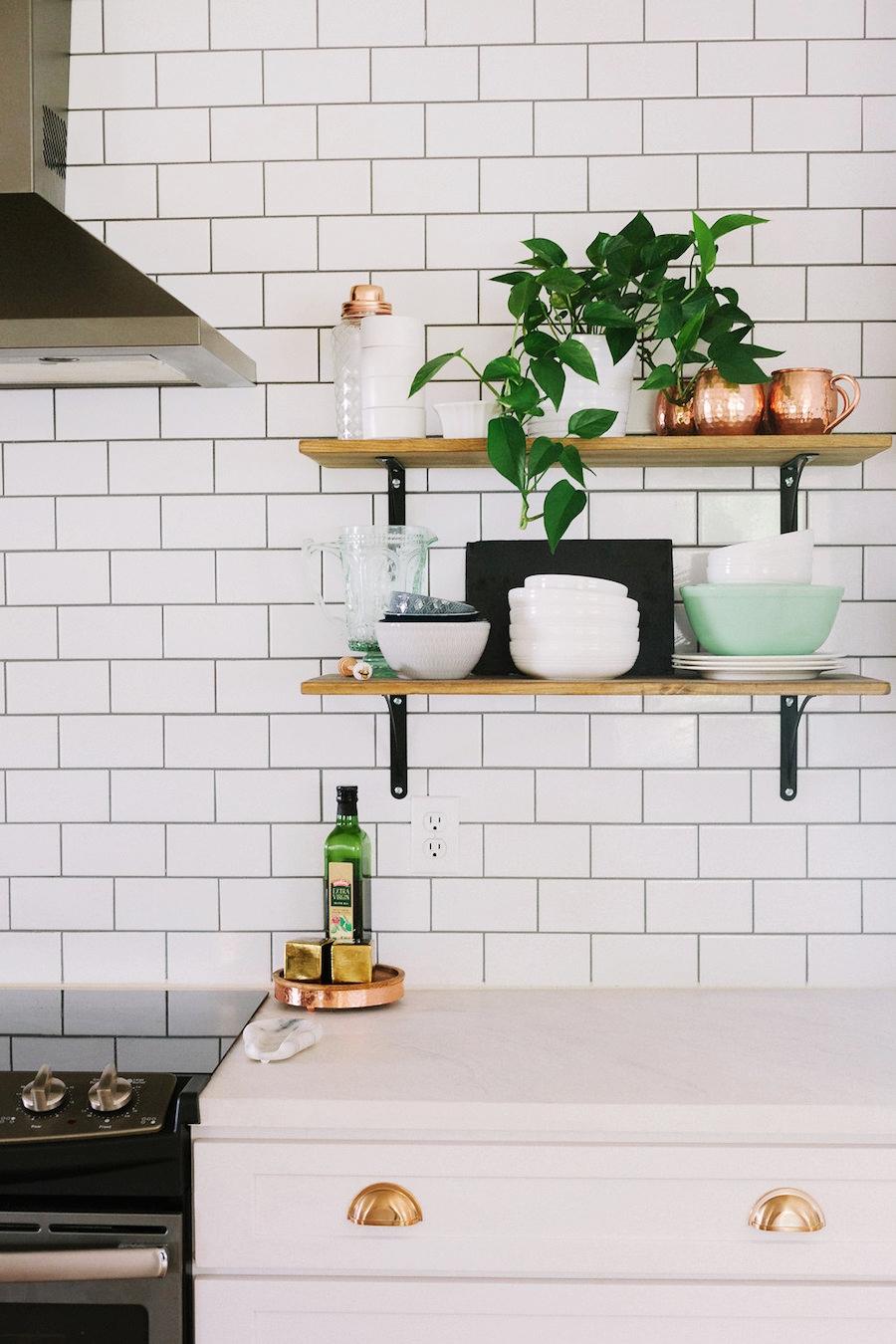 Modna biała kuchnia z jadalnią, wystrój wnętrz, wnętrza, urządzanie domu, dekoracje wnętrz, aranżacja wnętrz, inspiracje wnętrz,interior design , dom i wnętrze, aranżacja mieszkania, modne wnętrza, klasyczna kuchnia, biała kuchnia, kitchen, skandynawska kuchnia, projekt kuchni, jadalnia, styl klasyczny, styl industrialny, styl rustykalny, miedziane dodatki,