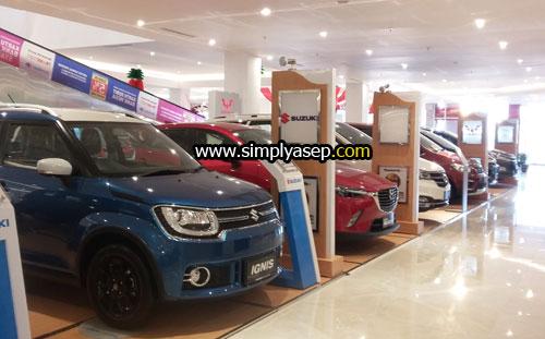 MOBIL  : Anda bisa meilhat gallery mobil yang dijual di lantai dasar Transmart Carrefour Kubu Raya yang megah ini . Foto Asep Haryono