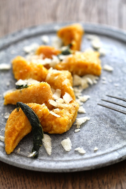 gnocchi de potimarron , sauge , parmesan