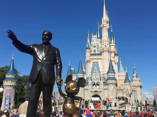 Walt Disney e o seu amigo Mickey no Magic Kingdom