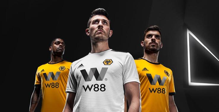 ... el color ámbar tradicional en lugar de la sombra más oscura y  anaranjada utilizada recientemente El nuevo Primera Equipacion Camiseta  Wolves 2018-2019 ... 07f4e2e4c707f