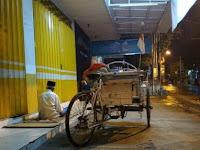 Subhanallah! Sholat dan Tidur Di Emperan Toko, Kisah Tukang Becak ini Bikin Haru Netizen
