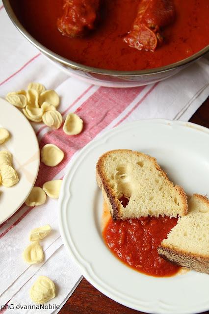 Involtini con uva passa, pinoli, aglio, prezzemolo, cotti in salsa di pomodoro