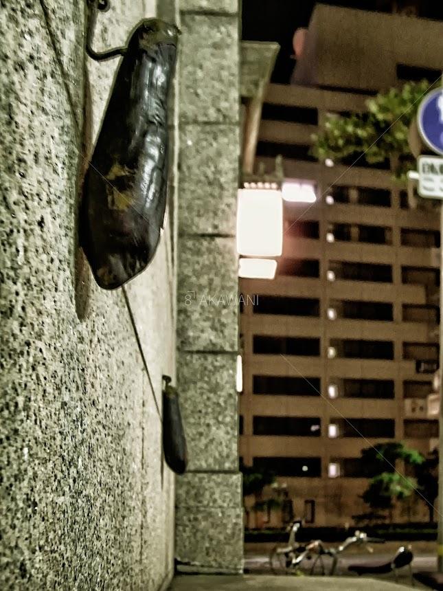 神戸旧居留地のチャータードビルの壁に本物の茄子